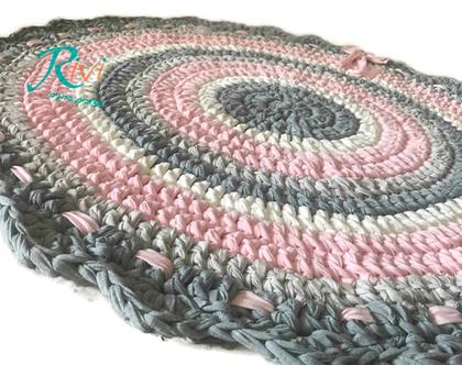 שטיח סרוג בגוונים בהירים של ורוד, שמנת ואפורים. צבעים רכים לשטיח . קוטר השטיח 110 סמ .רך נעים ויפה