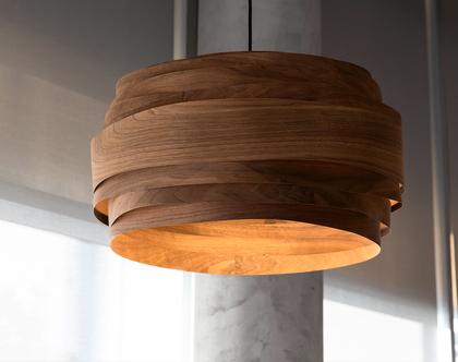 """מנורת תלייה """"מעונן חלקית"""", מפורניר אגוז אמריקאי , מנורת תקרה, מנורת תקרה בעבודת יד. אהיל פורניר."""