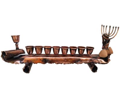 חנוכיה עתיקה מנחושת ,קנים נחושת , בסיס נחושת טהורה, בעבודת יד מקורית ומיוחדת.