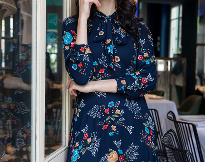 שמלת פפיון כחולה פרחונית עם שרוולים ארוכים