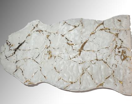 שטיח פרווה לבן עם עיטורי שיש זהב