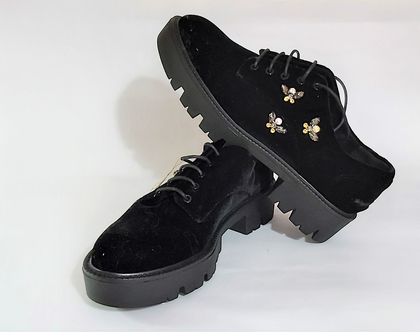 זוג נעלי קטיפה עם שרוכים עם דוגמת אבנים מודבקות סוליית גומי חדשה לחלוטין מידה 38 לא ננעלה מעולם