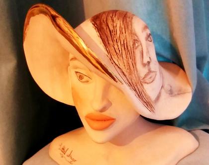 פסל אישה שחקנית עם כובע