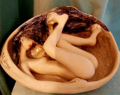 פסל נערה בתוך בועה