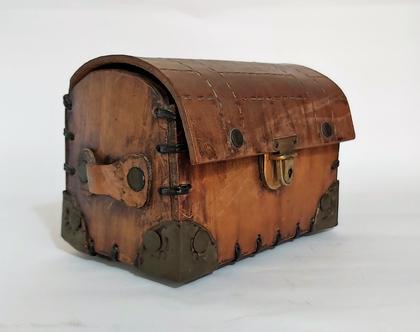 תיבת אוצר קטנה עבודת יד עור וחבקי ברונזה קופסה יפיפיה מידות גובה 13 רוחב 17..