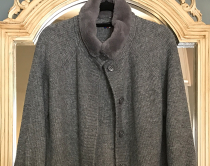 סוודר מיוחד, סוודר אפור מעוצב, סוודר עם פרווה, סוודר צמר עם צווארון פרווה, סוודר עם כפתורים