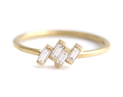 ארבעה יהלומים חתוכים באגט מורכבים מטבעת הרכבה מוטה