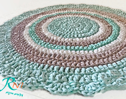 שטיח לחדר הילדים ,סרוג בעבודת יד , שטיח סרוג, שטיח בגוונים של ירוק מנטה שמנת וצבע אבן בהיר, צבעים רכים ומבוקשים , שטיח רך המאיר את החדר