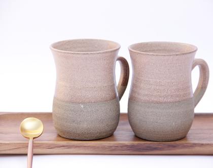 זוג ספלים לקפה או לתה בצבע ורוד עתיק על חימר אפור מעוצבים בסגנון כפרי ורומנטי