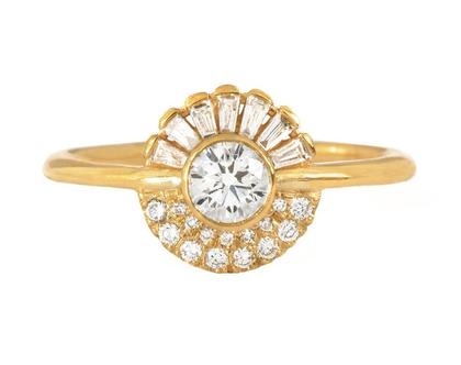 טבעת אירוסין באשכול יהלום עגול