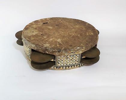 תוף דמשקאי ישן עד עתיק. עשוי עץ, משובץ בעבודת דמשקאית עדינה, מצילתיים ועור. מצב משומש. חוסרים בשיבוצים ...