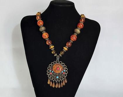שרשרת ותליון .סגנון אתני שלוב של מתכת ואבני חן בצבע אמבר תורכיז וקורל גדולה ומרשימה..