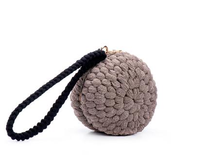 תיק יד סרוג דגם כדור בצבע בז' זהב | תיקים סרוגים בעבודת יד | תיק צד מעוצב לאשה | תיק כתף אופנתי | תיק יד לנשים | תיק זהב לאישה