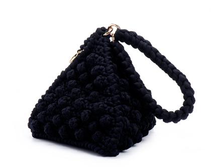 תיק יד סרוג דגם פירמידה שחור | תיקים מעוצבים סרוגים בעבודת יד | תיק ערב אופנתי | תיק יציאה חגיגי | תיק יד לאירוע | | תיק טבעוני