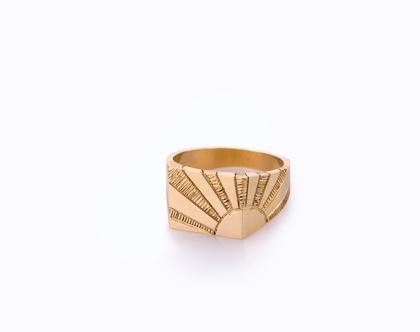 טבעת חותם לגבר או אישה, בעלת פיתוחים שנעשו בעבודת יד.