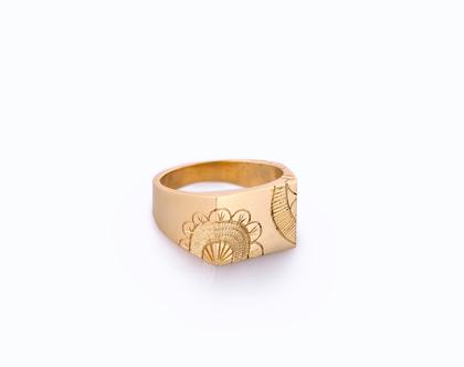 טבעת חותם לגבר או אישה בעלת פיתוחים שנעשו בעבודת יד.