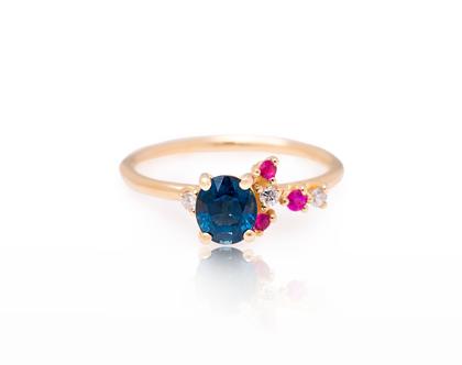 טבעת ספיר מעוטרת רובי ויהלומים