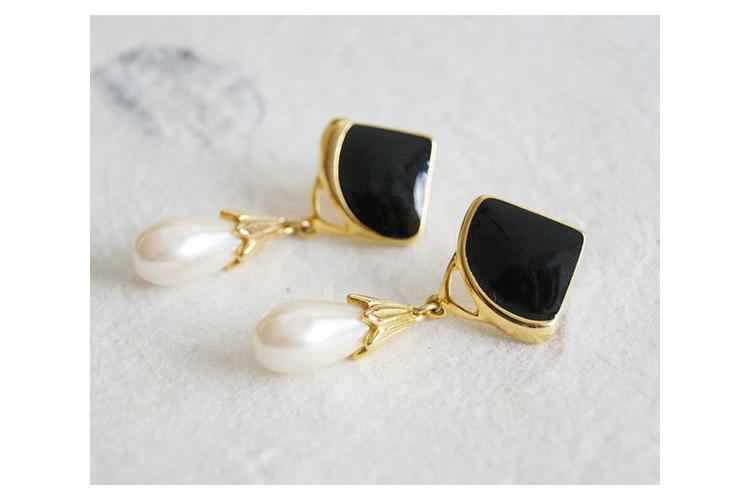 *נמכר עגילים מעוצבים פנינה טיפה ואמייל שחור | עגילים אלגנטים לאירוע | עגילים ארוכים ציפוי זהב | עגילי וינטג'