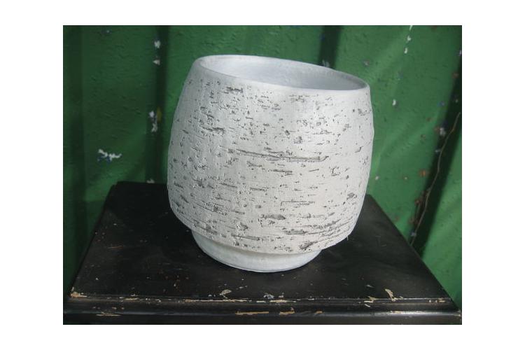 כלי חימר עגול לבן דמוי בטון בטקסטורת פסים לשתילת צמחים