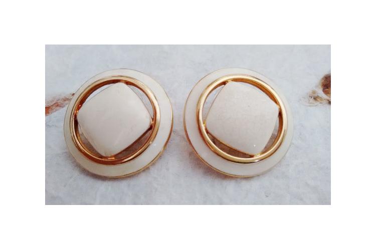 עגילים לבנים MONET אלגנטים 20% הנחה | עגילים צמודים | עגילים אלגנטים בציפוי זהב | עגילים לכלה | עגילים לאירוע