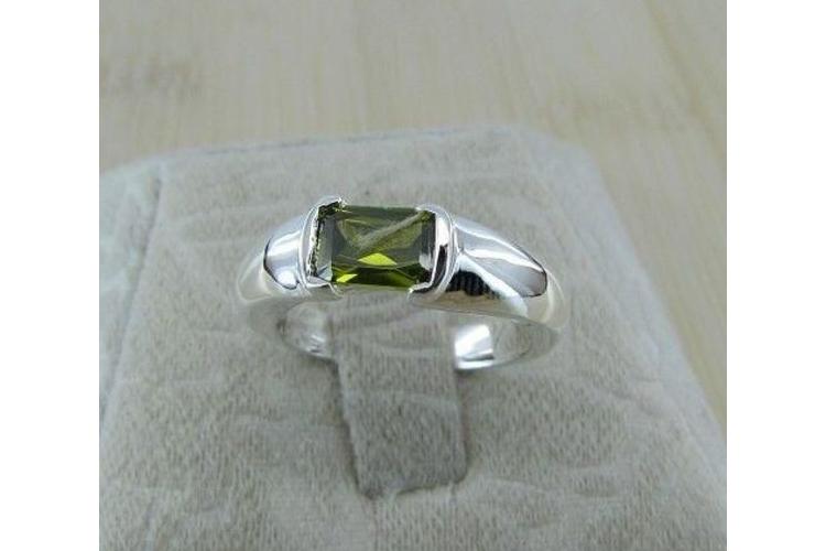 טבעת כסף בשיבוץ קריסטל ירוק   טבעת מעוצבת   טבעת בעבודת יד   טבעת מיוחדת   טבעת עם אבן   טבעת אבן ירוקה   טבעת כסף   טבעת קלאסית   ירוק