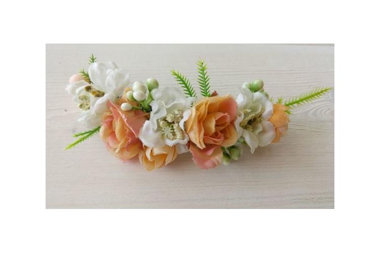 סיכה לכלה | סיכה מפרחי משי | סיכה לשיער | סיכה מעוצבת | סיכה בגוונים לבן אפרסק | סיכה עם פרחים | אקססוריז לכלה | מסרקייה לכלה | תכשיט לשיער
