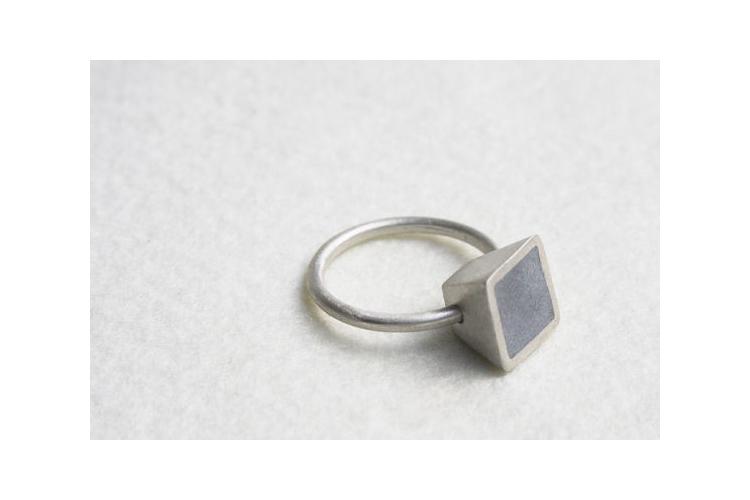 טבעת כסף ובטון | טבעת קונוס מרובע | טבעת עדינה | כסף ואפור |