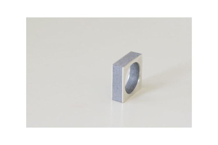 טבעת שכבות כסף ובטון | טבעת מרובעת | כסף ואפור | טבעת מרשימה |