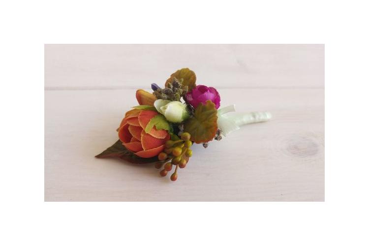 דש לבגד , פרחים לחתן , תכשיט לגבר , פרחים לבגד , בוטונייר , פרחים לגבר , בוטונייר תואם לחתן , פרחי משי , בוטונייר מפרחים מלאכותיים