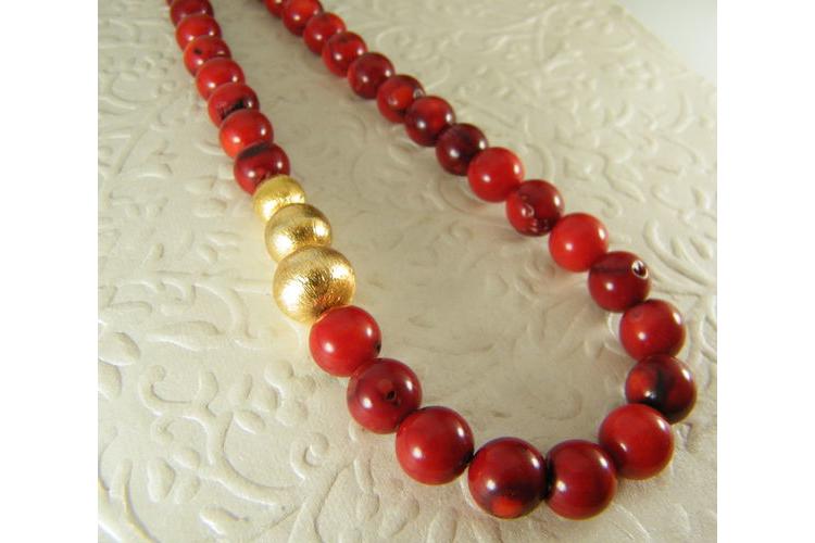 שרשרת קורלים | שרשרת אבנים אדומים וחרוזי זהב | שרשרת אדומה לאישה | שרשרת גדולה | תכשיטי קורל