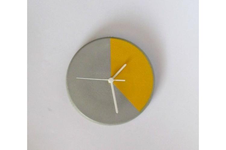 שעון קיר מעוצב מבטון - צהוב עז, שעון קיר, שעון קיר מבטון, שעון בטון, שעון למטבח, שעון לסלון, שעון לבית, שעון למשרד, שעון תעשייתי, מתנה לחג
