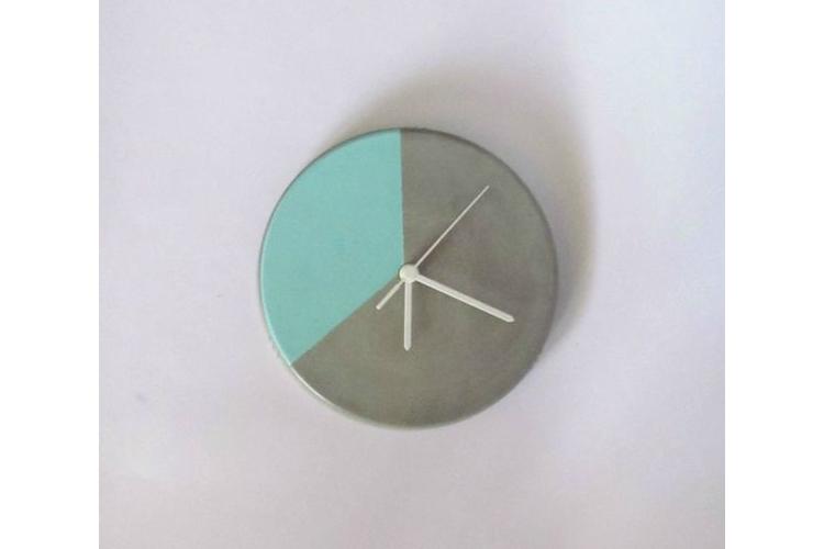 שעון קיר מעוצב מבטון - טורקיז, שעון קיר מבטון, שעון מעוצב, מתנה לחנוכת בית, מתנה לחג, עיצוב הבית, שעון למטבח, שעון לסלון, שעוני קיר, שעונים