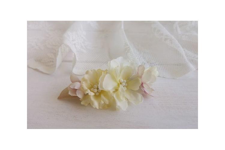 סיכה לשיער | סיכה מפרחי משי | סיכה מעוצבת | סיכה בצבע שמנת | סיכת פרחים | סיכה לכלה | סיכה מפרחי בד | סיכות לכלות | סיכה לחתונה