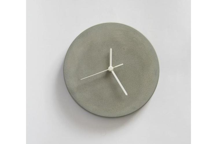 """שעון קיר מבטון אפור 25 ס""""מ קוטר, שעון מודרני, שעון אפור, שעון בטון, מתנה לחג, שעון מעוצב, שעון מיוחד, שעון תעשייתי, שעון לסלון, שעון למשרד"""