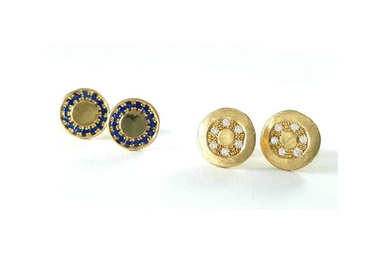 עגילי זהב צמודים - עגילי יהלומים - עגילים מעוצבים משובצים יהלומים - אורה דן תכשיטים - מעצבת תכשיטים ישראלית - עגילים מטבע