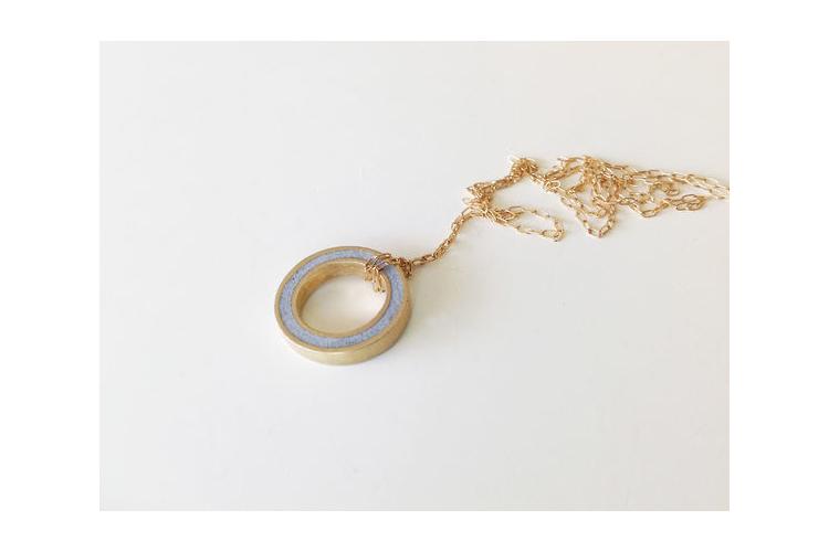תליון עגול במילוי בטון   תליון כפתור זהב ארוך   שרשרת ארוכה בציפוי זהב   שרשרת עגולה ארוכה   שרשרת קלאסית מצופה זהב