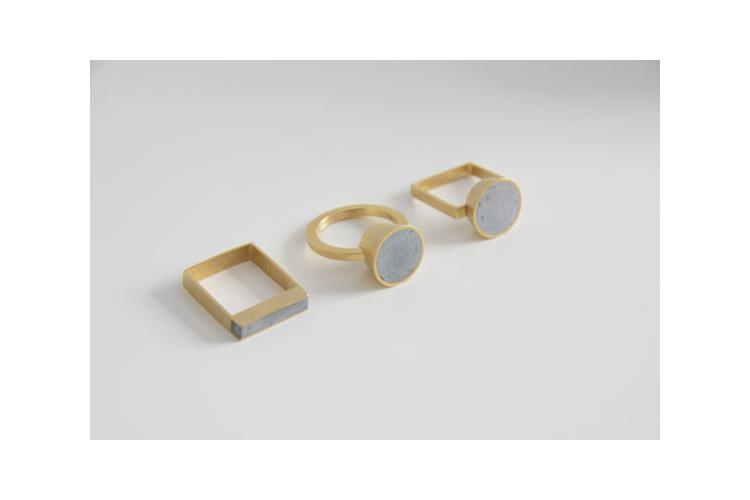 טבעת קונוס סוליטר מרובעת בזהב ובטון