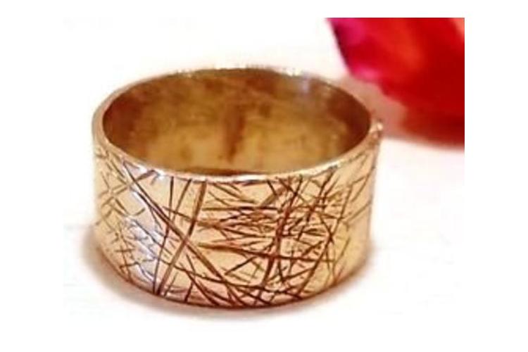 טבעת נישואין זהב מעוצבת. טבעת מיוחדת עם פסים. טבעת זהב לגבר ולאשה. טבעת יוניסקס. טבעות תואמות לחתונה
