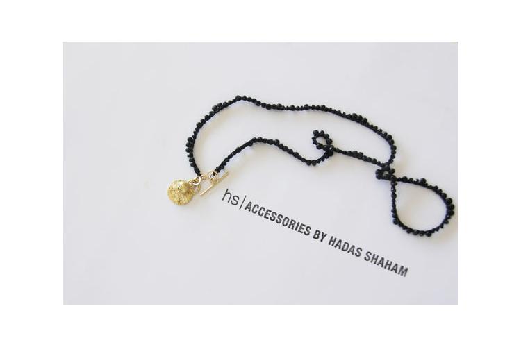שרשרת שחורה סרוגה עם תליון זהב מנעול קליפה עגול