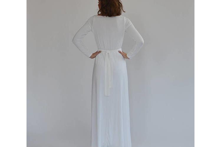 שמלת כלה בוהו שיק עם שרוולים ארוכים ועיטורי פרחים