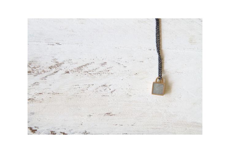 תליון מנעול ריבוע קטן זהב ובטון