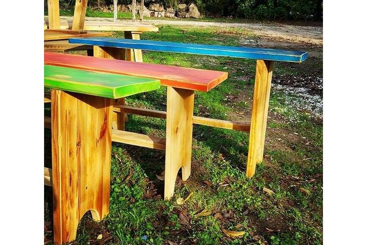 ספסלים צבעוניים