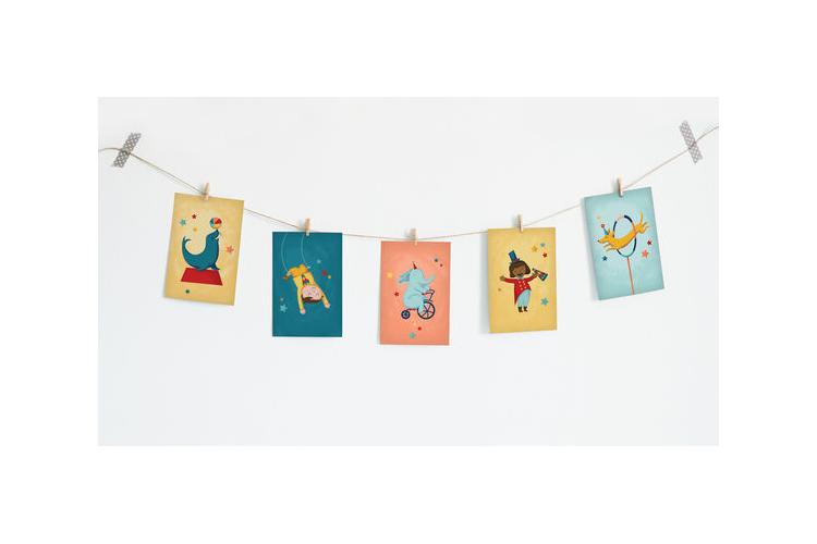 תמונות קרקס בשרשרת   שרשרת גלויות מעוצבות לקישוט חדר תינוקות   גרילנדה לעיצוב חדר ילדים או משרד   סט גלויות מאויירות על חוט עם אטבי עץ