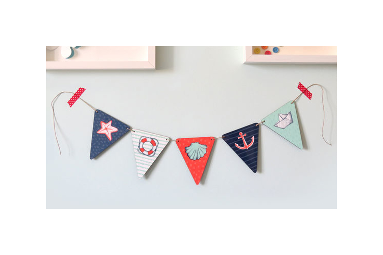 שרשרת משולשים מעץ לתליה בחדר הילדים | תמונות בשרשרת עם איורים בנושא ים לקישוט חדר תינוקות | גרילנדה צבעונית לעיצוב החדר