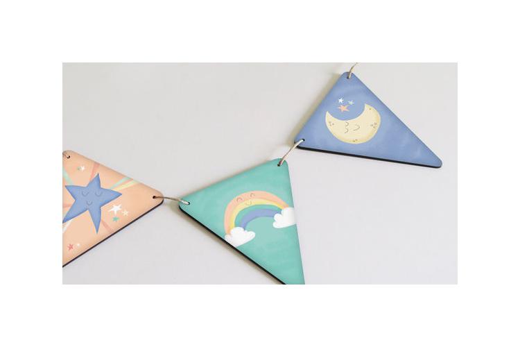 שרשרת משולשים מעץ לתליה בחדר הילדים דגם שמיים | תמונות בשרשרת עם איורים מתוקים בצבעי פסטל לקישוט חדר תינוקות | גרילנדה צבעונית לעיצוב החדר