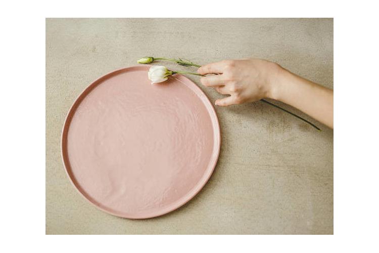 צלחת הגשה, צלחת ורודה, צלחת לעוגה, צלחות פורצלן, כלי מטבח איכותיים, צלחות מעוצבות, צלחות קרמיקה