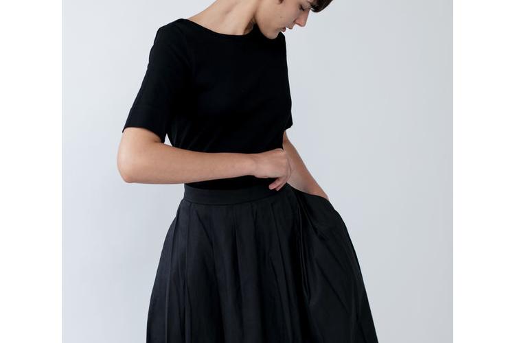 טישרט צמודה עם מחשוף בגב, חולצה שחורה, חולצה קצרה, חולצה לערב