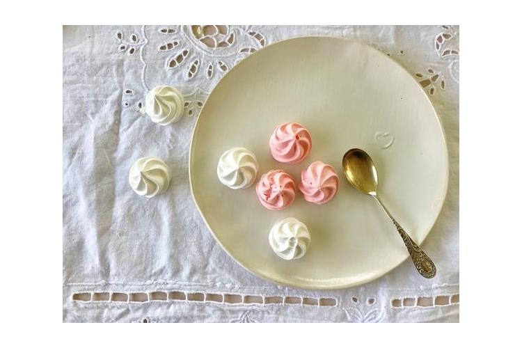 צלחות לעוגה | צלחות קרמיקה בצבע לבן עם חותמת לב זהב | צלחות למנה ראשונה | צלחת קרמיקה