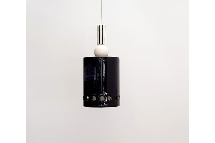 גוף תאורה מקרמיקה - גליל שחור קטן עם פס חורים וחרוזים