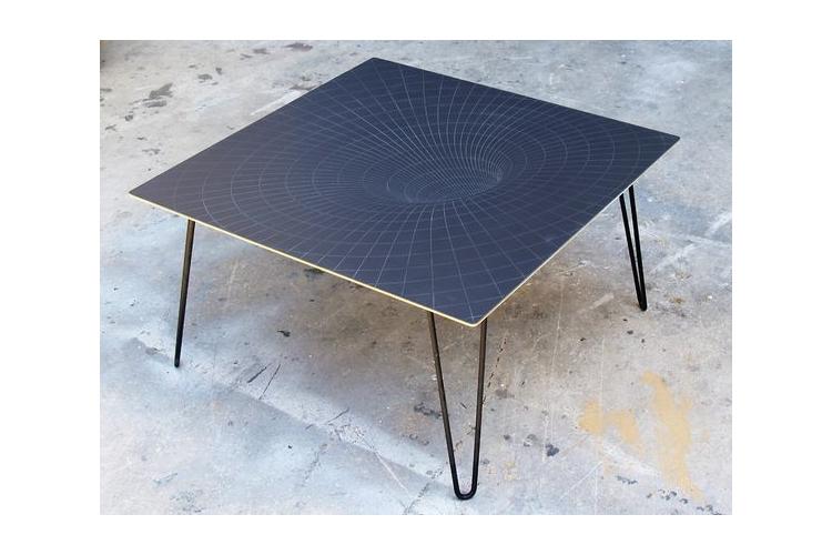 חור שחור שולחן קפה
